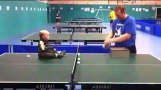 Ojciec z dzieckiem gry w tenisa