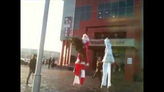 Mikołajowi na szczudłach ukradli choinkę
