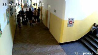 Uczeń pobity w szkole. Zobacz reakcje dorosłych!