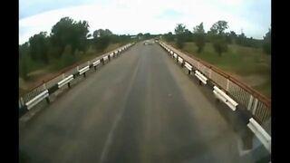 Kierowca ciężarówki rozjeżdża kozy na drodze