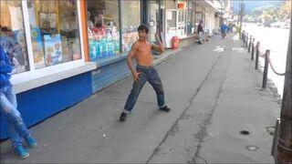 Włóczęga ze poważnymi umiejętnościami karate