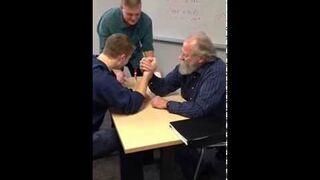 Siłowanie na rękę 70 letni nauczyciel vs 19 letni student
