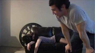 Co zrobić półprzytomną, pijaną dziewczynę leżącą na kanapie?