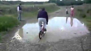 Przejazd przez kałuże, tatuś pokazuje jak to się robi!