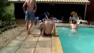 Koleś dostał rozwolnienia na basenie