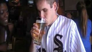 Zakłada sięo buziaka z ładnym dziewczynami, że wypije piwo w 2 sekundy