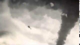 Helikopter wciągnięty przez tornado