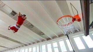 Połączenie koszykówki z trampoliną - (zwolnione tempo)