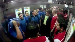 Wkręcanie: Ustawka kibiców w windzie