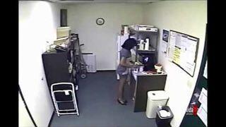 Wlała mleko z własnej piersi w biurze do kartonu w biurowej kuchni
