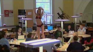 Seksowna Anna sprawdza skupienie studentów