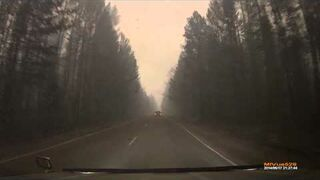 Nagranie z kamery samochodowej podczas przejazdu przez płonący las