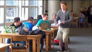 Piszczące buty w bibliotece