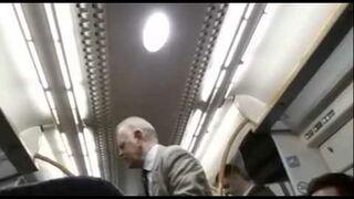 Cały wagon w pociągu śpiewa!