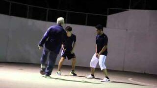 Przebrany za dziadka dołącza do gry w piłkę!