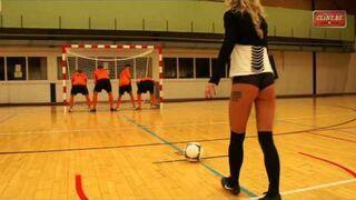 Gracze Antwerpia dają klapsy piłką Pani na bramce