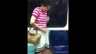 Dziwne zachowanie kobiety w metrze