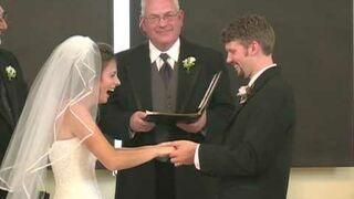 Panna młoda wybucha śmiechem na ślubie