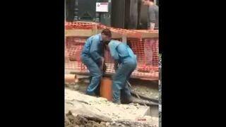 Rumuński hydraulik sprawdza rurę
