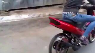 Dziewczyna wsiada pierwszy raz na motor