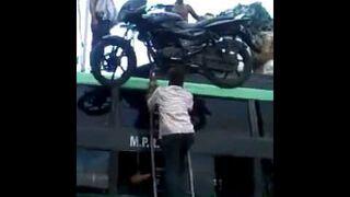 Indyjski Superman - motocykl na głowie