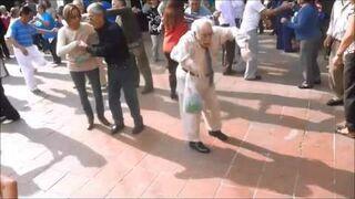 Dziadek tańczy z dwiema laskami