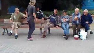 Kobieta bije menela na przystanku PKP we Wrocławiu