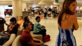 Zaskoczył swojądziewczynę na lotnisku