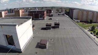 Wykorzystanie drona do podglądania opalającej siędziewczyny