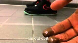 Żart z czekoladą w męskiej toalecie
