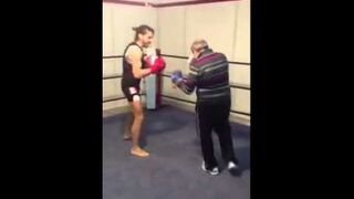 Stary bokser spuszcza szybki lanie młodemu cwaniakowi