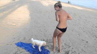 Piesek ściąga bikini