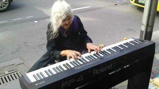 Ma 79 lat i gra na przydrożnym pianinie!