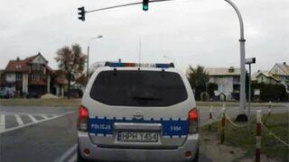 Policja wyprzedza na pasach i ignoruje znak stop
