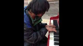 Bezdomny usiadł do pianina i zaczął grać...