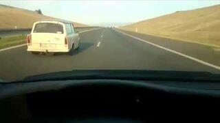 Lecisz 180 km/h po autostradzie, a tu nagle Trabant Cię wyprzedza
