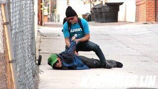 Samotna dziewczynka na ulicy i rzekomy opiekun, Zobacz reakcje ludzi!