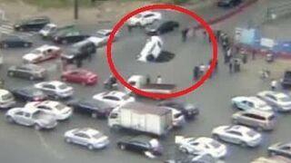 Gigantyczna dziura w drodze pochłonęła auto