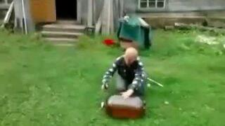 Rosjanin otwiera butle z bimbrem