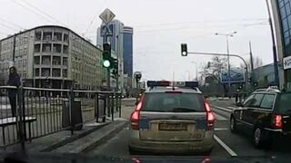 Policjantka poluje na staruszkę, która nie zdążyła przejść na zielonym świetle