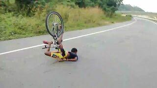 Przeskoczył na rowerze przez osiem osób
