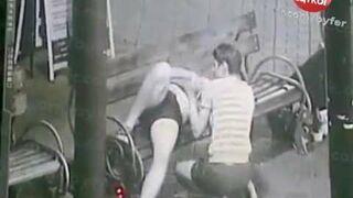 Zrobił minetkę pijanej dziewczynie na ławce w centrum miasta!