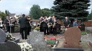 Orkiestra zagrała 100lat na cmentarzu