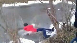 Saszka sprawdza grubość lodu