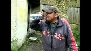 Pijaczek Endzio pije denaturat i popala papierosem
