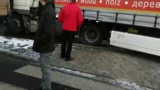 Kierowca TIRA próbuje przejechać górników z KWK Pniówek