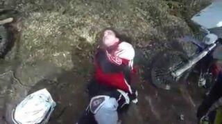 Motocyklista trafia na linkę w lesie