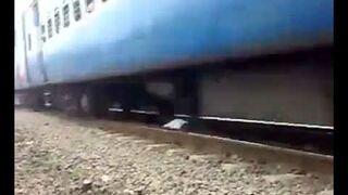 Hindus kładzie się pod jadący pociąg