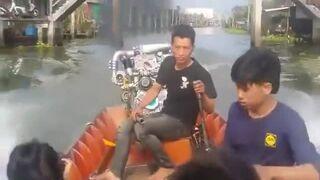 Mała łódka z potężnym silnikiem