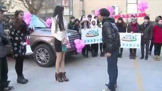 Pekin. Bogata dziewczyna oświadcza się facetowi